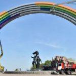 מחווה ידידותית: שער הידידות בין אוקראינה לרוסיה נצבע צבעי הקשת
