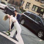 חתונה תחת סגר - זוג נשים התחתן דרך החלון ברחוב בניו יורק