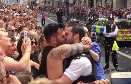 צפו: שוטרי לונדון מציעים נישואים במהלך מצעד הגאווה