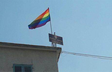 """לציון יום הבנ""""ה – דגל גאווה על בניין מועצת קרית טבעון"""
